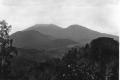 1927-1929 raung un COLLECTIE_TROPENMUSEUM_Het_Idjen-plateau_gezien_vanaf_de_irrigatie-pondok_op_Oost-Java_TMnr_60009916