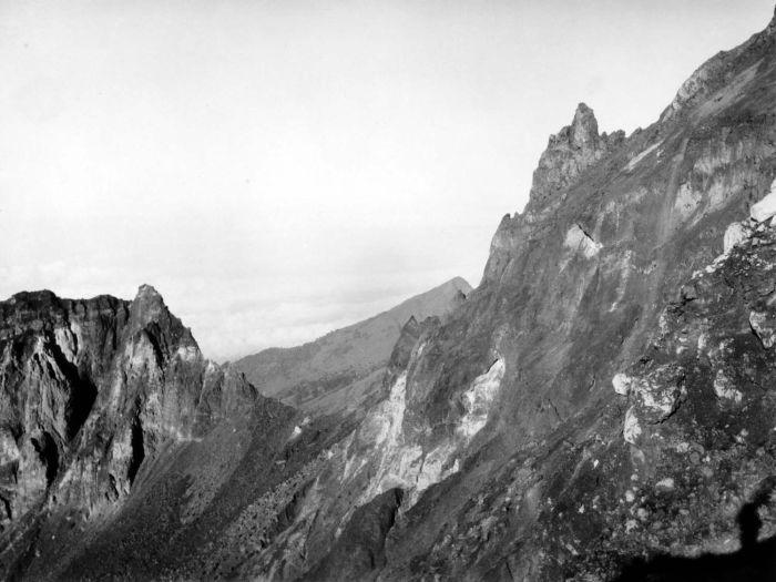 1937-1939 P. (Paul) Spies COLLECTIE_TROPENMUSEUM_De_krater_van_de_vulkaan_Rinjani_met_op_de_achtergrond_de_Gunung_Kondo_TM