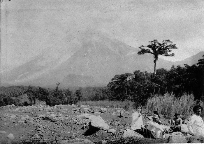 semeru_1890-1900-u-collectie_tropenmuseum_uitstapje_naar_